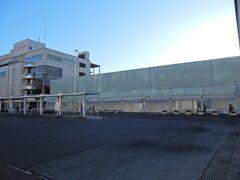 東口に出ました。 青森駅は、まだ整備中ながら新駅舎が今年3月27日から使用開始されて、旧駅舎は解体工事中でした。  新駅舎は、旧駅舎の裏側の線路との間に新たに2階建てで建設されたので、こちらからはまだ見えません。