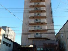 宿泊するのは、「アパホテル青森駅東」です。 12階建ての細長い建物です。 青森駅東口から歩いて5分位の場所にあります。  楽天トラベルで、素泊まりで「アパ直」より50円安い1泊3,850円でした。