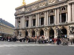 旅行中オペラ座の近くは良く通りますが、このときは入口付近で演奏をしていました。