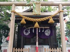 続いて茶ノ木神社。愛称「お茶の木さま」。 ビルの一角にこじんまりと鎮座しておられました。 防災・生産の 神様だそうです。 七福神は布袋尊。