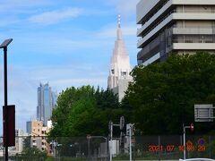 駅を出ると中央のドコモタワーと右には慶應義塾大学病院の建物。 ZARDの坂井泉水さんが入院されてたとこです。