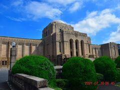 競技場周囲をすんなり周れないため、隣接する聖徳記念絵画館 http://www.meijijingugaien.jp/art-culture/seitoku-gallery/ 内を迂回して歩きます。