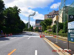 向こうに神宮球場 http://www.jingu-stadium.com/ が見えてきた。