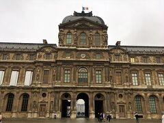 ルーブル美術館。 この旅行で何回ここに来たかわからないほどです。
