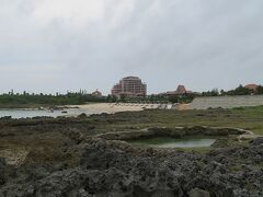 丸い池のようなものは何でしょう? 向こうにホテルが見えます。 だんだん雲が出てきて、もう海の色は鈍くなってしまいました。