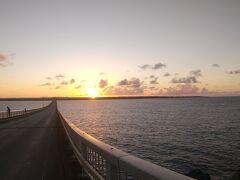 朝がきました。AM6:00朝日が昇るのを見に来間大橋にきましたよ。