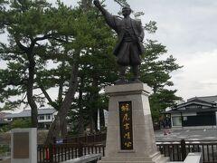 松江城の入り口には松江城を築城した堀尾吉晴公の像が。 ここで写真を撮っていると…