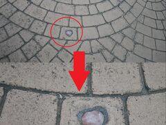 昨日も来た京店商店街で昨日は見つけられなかったハートの石畳をあきらめ悪く探すと…見つけた! 昨日のカラコロ大黒さんのすぐ近くの石畳に埋め込まれたハートの石。 思ったより小さくって見つけたとき「え??これ??ちっさ!」と思わず声が…。 これは夜だと見つけにくいわぁ…。