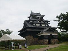 入ると目の前に松江城! 手前のテントで消毒と連絡先の記入。 お天気はイマイチだけど雨が降っていないだけよしとする。