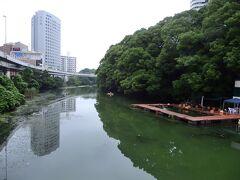 ●弁慶橋  「日枝神社」から赤坂見附方向へしばらく進んでいくと、江戸城の堀(弁慶堀)が残っており、ここに架かる「弁慶橋」を渡っていくと・・・。