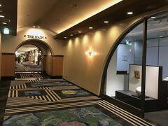 ホテルは「ガーデンコート」、「ガーデンタワー」、「ザ・メイン」の3棟から構成され、かつかなりの広さのため、慣れていないとチェックインするだけで一苦労(汗) エレベーターでロビー階へと上がり、長い廊下を歩いてこの日宿泊する「ザ・メイン」までたどり着きました。