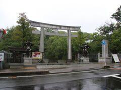 表参道の鳥居までやってきました。住吉神社は長門国の一宮だった神社で本日訪れた門司の和布刈神社や初日に訪れた忌宮神社などと同様三韓征伐の時代よりこの地に鎮座していた神社だそうです。 大阪・福岡の住吉神社とともに三大住吉神社と呼ばれているそうです。