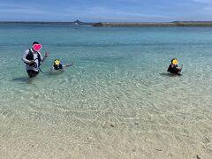 およそ15分位?の船旅でキターーーー! 水 納 島 ! 船での様子は動画のみ!そんなのどうでもいいじゃない! この透明度よ!破壊力よ!  シュノーケリング開始までに準備運動的に海水浴! この海に感動しているお子さん達。いや、ハッキリ言ってワタシも感動してますわ。日本にもこんなトコあんだなぁ。。。