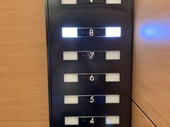 チェックインを済ませてアサインされたお部屋は8階です。。