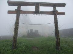 御嶽山神社 ホテルの裏側に回ると、御嶽山方向に祭られています。ガスで幻想的です。