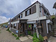 大剣神社の隣りには山小屋、ヒュッテがあります。