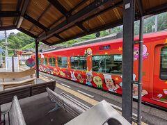 高知方面からやってきた赤い列車はよく見るとアンパンマン列車でした。