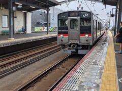昼食後、普通列車で高松駅に向かいました。特に行っておきたいところもなかったので、丸亀城観光で暑くてバテてしまったこともあり、日帰り温泉でゆっくりして帰ることにしました。