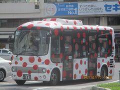 松本駅に着くと、松本市ご出身の草間彌生さん仕様のバスが止まっていました。かなり目立ちます。