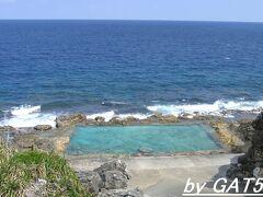 島の南東部。 ビーチが無い代わりに岩をくり貫いて作った海軍棒プール。 水深は深い所で1m80cm位か?浅いと思い入ったら溺れかけた!