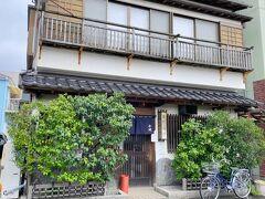 さて、鰻の名店「小川家」へ! 過去のブログ記事をみてみると2012年以来のおよそ9年ぶりの訪問です!  下田港の漁師町の中にある老舗鰻屋の小川家は下田で一番古い鰻屋で、グルメ口コミサイトの「食べログ」の独自ランキング「百名店2019」にも選ばれた店! 小川家の初代は江戸時代から続く東京の鰻の名店「野田岩」の流れを継ぎ、昭和の初期の頃に先代が東京神田で創業し、日本橋に移った後に下田に移ったという歴史があるらしい!