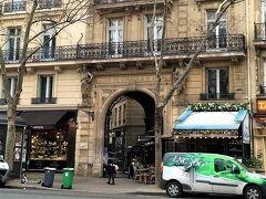 パッサージュ クールデュコメルスサンタンドレ。 通りを歩いているといきなり登場する短い通りです。