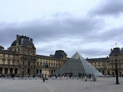 ガラスのピラミッドです。 入口ではセキュリティチェックがあります。