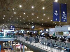 帰国日。 シャルルドゴール空港です。 ちょっと使いにくい空港です。 ちなみにJAL専用カウンターはありません。 エアフランスの窓口を借りている感じですのでチェックインは出発3時間前にならないとできません。 その頃には窓口は長蛇の行列です。