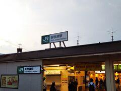 「新秋津駅」到着☆  ここから西武線に乗り換えですが、JRの「新秋津駅」から西武線の「秋津駅」までは歩いて5分くらいかかります。 雨とか降っていたら、やや面倒な移動です。  線路自体は両者交差していて、そこに駅を作ってくれれば乗り換えが便利なのに、ちょっとズレたところにあるので、こうなっています。  ま、元々JR武蔵野線は貨物線で、旅客を扱うようになって、駅を後付けした感じなのでズレたのはしょうがないです。  そして、地元商店街としては、客が商店街を通ってからの乗り換えなので、商売上、乗り換えを便利にすることに反対しているらしいのですが、乗り換えする目的のみ人にとっては、まったく関係ないし、ただただ不便なだけです。  ちなみに、新車納入や車両搬出などで使用するために、JR線と西武線がつながっている部分があります。レールの幅も電圧も同じなので、つなげても問題ないです。