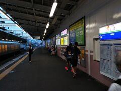 西武線「秋津駅」に到着☆ 「特急ラビュー001系」通過中。