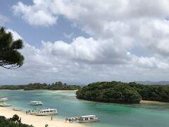 川平湾、定番のショット。 観光客もまばらで観光船のスタッフも暇そうにしていました。