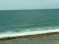 千本浜の海岸。歩いている人も少しいました。
