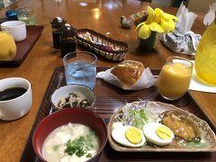 2日目の朝食はゆし豆腐、おかず2品、ゴーヤのサンドイッチ、パイナップルとマンゴーの濃厚ジュース、コーヒーでした。