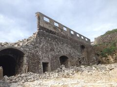 西港そばのリン鉱石採石場の廃墟。ガイドブックに出てくる構図。前回はこれをきちんと見たかな?