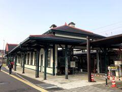 北熊本で、上熊本行きに乗り換え。 終点の上熊本で市電な乗り換え。市電の停留所は、立派な駅舎がある。