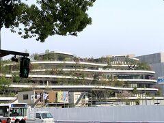 辛島町で乗り換え。駅前にサクラマチクマモトというショッピングモールが見える。