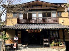 バス停から少し下ったところに、本日の宿「歴史の宿御客屋」があった。 黒川温泉でも最も古い歴史を有し、創業は1722年だという。