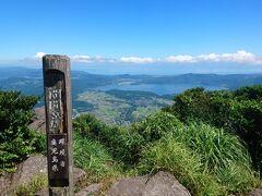 山頂です。  奥は池田湖。