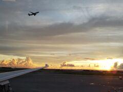 那覇空港、定刻の18:10に到着です