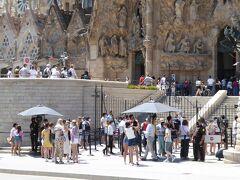 サグラダファミリア前:大勢の観光客!