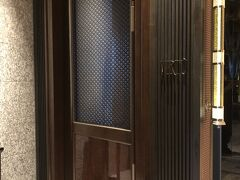 東京・大手町『Four Seasons Hotel Tokyo at Otemachi』39F 【VIRTU】  『フォーシーズンズホテル東京大手町』のバー【ヴェルテュ】の エントランスの写真。  スタッフの方に案内していただきました。