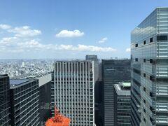 バー【ヴェルテュ】からの眺望(中央)の写真。  右の高層ビルは『読売新聞大手町ビル』で、 オレンジ×ホワイトの鉄柱は『KDDI大手町ビル』で、お隣りに 『星のや東京』があるはずなのですが、低いので見えません。  私がこれまでに何故『星のや東京』をブログにしたことがないかと 言うと、18階建てなので周りの高層ビルに囲まれ、 高級なのに眺望が楽しめず、圧迫感がある感じがするからです。 (中に入ってみたら全然違うかもしれませんが・・・。)