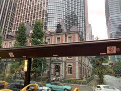 赤レンガの三菱の脇を通ります。
