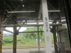 8時10分 大月に到着 後ろ3両を切り離して、前3両はそのまま富士急行線へ直通します