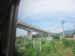 田野倉駅を過ぎて、上に通るのはリニア実験線です