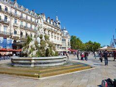 9月16日 モンペリエ旧市街の中心部にあるコメディ広場。18世紀中ごろに造られた広場で、中央部に「三美神の泉」があり、周辺には18世紀後半から19世紀初めに建造された石造りの建物が並んでいます。