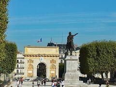 ペルー公園から振り返って眺めた凱旋門。公園の中央部にある銅像は、ルイ14世の騎馬像です。