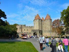 城壁の前の広場(プラド広場)に到着し、城塞に向かいます。