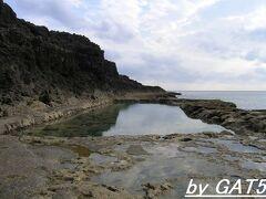 次は島の南西にある塩屋プール。 こちらは海軍棒プールより少し浅めで子供向きかな?