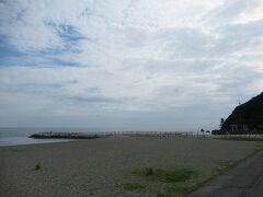 二見浦海岸の駐車場に車を止め、海岸を歩きます。